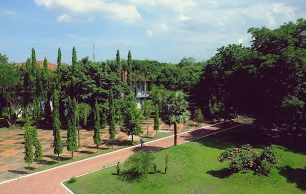 Halaman Depan Rektorat Universitas Hasanuddin Makassar Sulawesi Selatan
