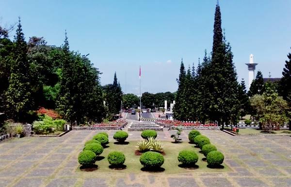 Halaman Rektorat Universitas Pendidikan Indonesia di Kampus Utama UPI Sukasari