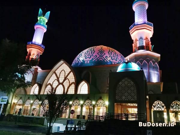 Suasana Masjid Kampus Universitas Mataram NTB di Malam Hari